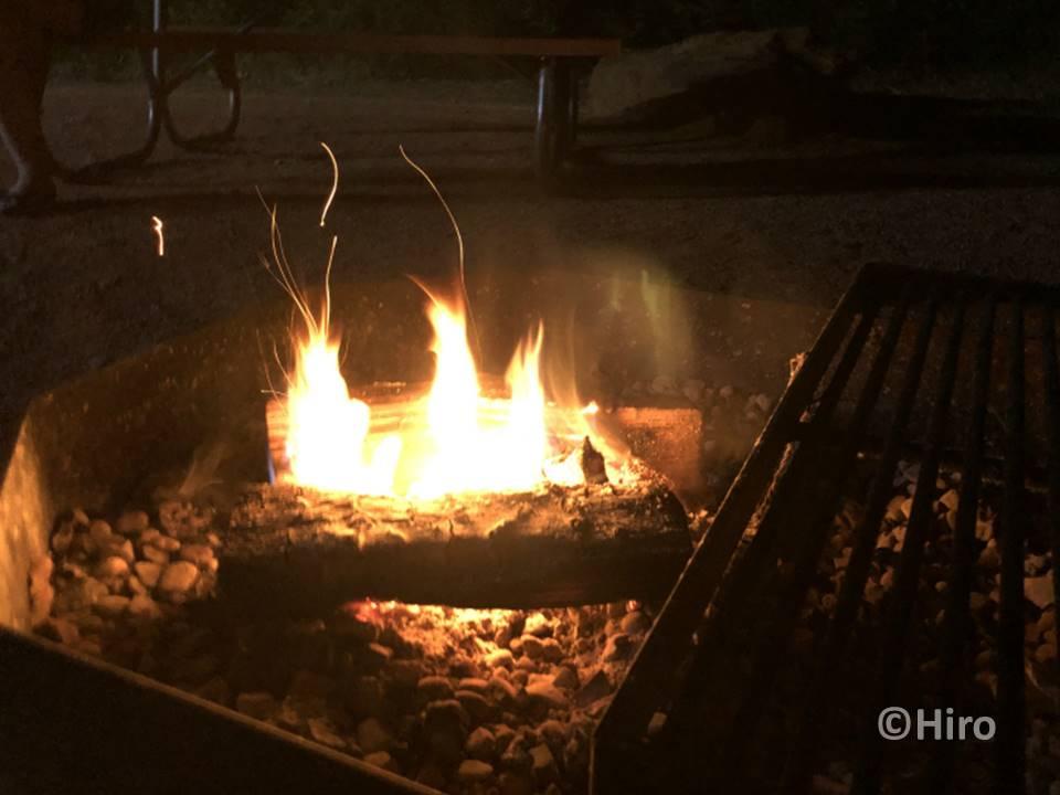 キャンプらしく薪を燃やして近くで食事