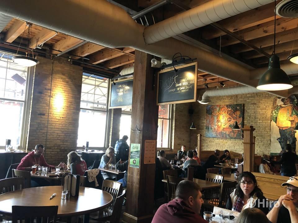 店内のバーとレストラン・パティオの雰囲気をご覧ください!